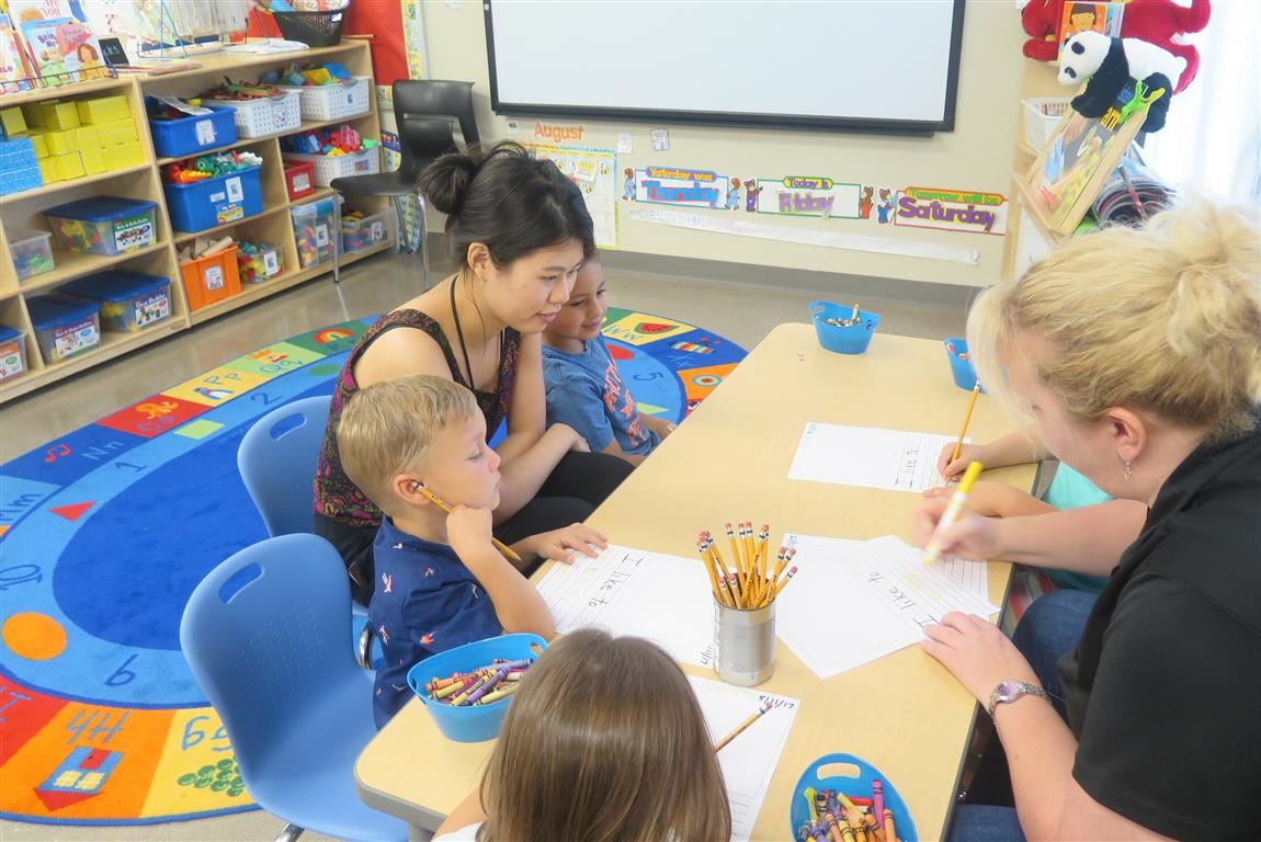 Volunteer teaching students Mandarin